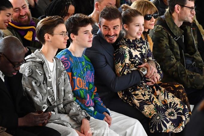 <p> Victoria Beckham ra mắt bộ sưu tập Thu - Đông 2020 ở London Fashion Week vào 16/2. David Beckham dẫn hai con trai - Romeo (17 tuổi) và Cruz (14 tuổi) - cùng con gái Harper (8 tuổi) đến xem show thời trang của mẹ Vic.</p> <p> Gia đình nhà Becks ngồi hàng ghế đầu cùng chủ biên Anna Wintour của <em>Vogue</em>. Mẹ của David - bà Sandra Beckham và mẹ của Victoria - bà Jackie Adams cũng đến chung vui. Con trai cả Brooklyn (20 tuổi) của nhà Becks vắng mặt vì có buổi quay chụp cho BMW Motorsports ở Mexico City.</p>