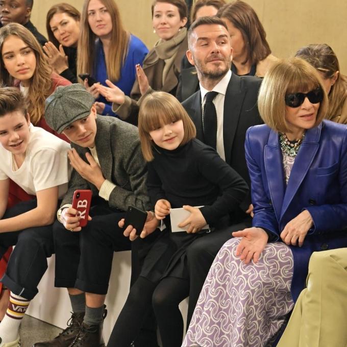 <p> Harper được bố ôm vào lòng tại London Fashion Week tháng 2/2019.</p>