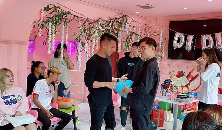 Minh Dự nhiệt tình tham gia các trò chơi và tấu hài cùng fan của Hồng Duy.