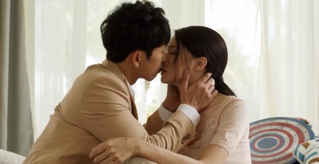 Tuấn Trần hôn Hương Giang trên phim.