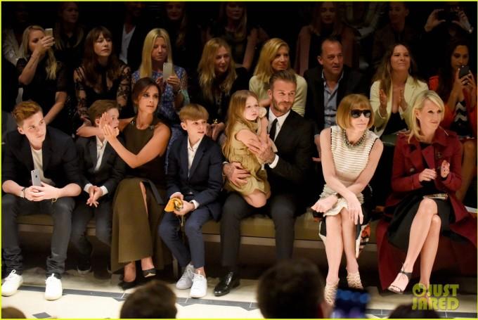 <p> Gia đình nhà Becks trên hàng ghế đầu show Burberry ở Los Angeles tháng 4/2015. Vị trí của Harper lúc nào cũng là ở trong lòng bố David. Ảnh: <em>Just Jared.</em></p>