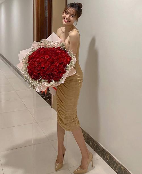 Qua ngày 14/2 nhưng Lan Ngọc vẫn được tặng hoa hồng.