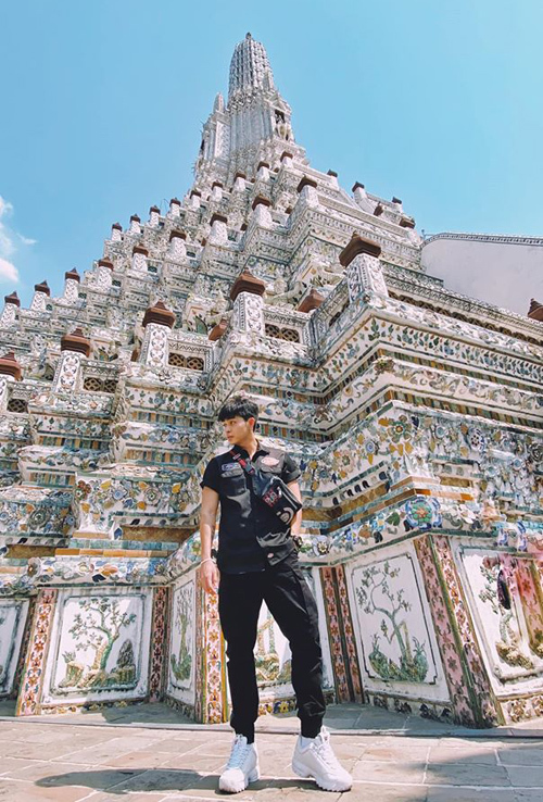 Jun Phạm khoe chân dài như... 2 mét trong bức ảnh chụp ở Thái Lan.