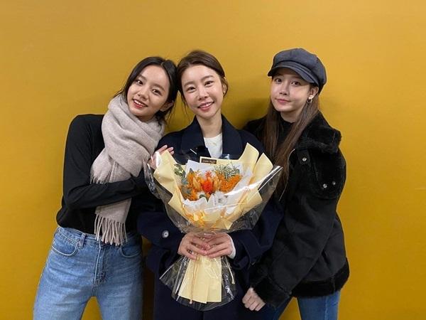 Hye Ri và Yura tặng hoa cho So Jin khi đến cổ vũ vở kịch của chị cả Girls Day.
