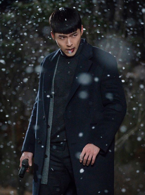 Phong cách ăn mặc đơn giản nhưng tôn lên vẻ cool ngầu của Jung Hyuk, giúp anh làm nổi bật gương mặt như tượng tạc và bờ vai Thái Bình Dương.