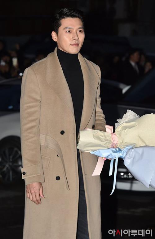 Ở buổi tiệc mừng công của Hạ cánh nơi anh, áo cổ lọ đen tiếp tục là item đồng hành cùng Hyun Bin. Dù mặc đi mặc lại một style, vẻ ngoài của anh trông vẫn không hề nhàm chán.