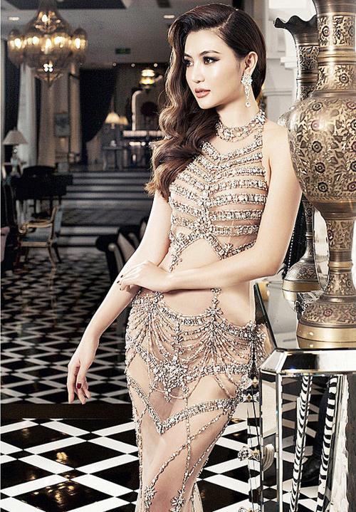 Ngọc Duyên cũng không diện đầm xuyên thấucơ thể mà ngược lại, bộ váy của cô được may lót toàn bộ rất kín đáo.