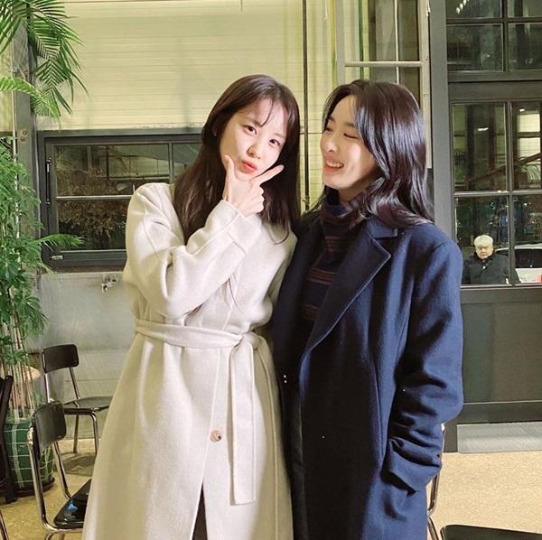 Seo Hyun và Lee Chung Ah thành một cặp đồng tính nữ đẹp đôi trong phim ngắn Hi Dracula.