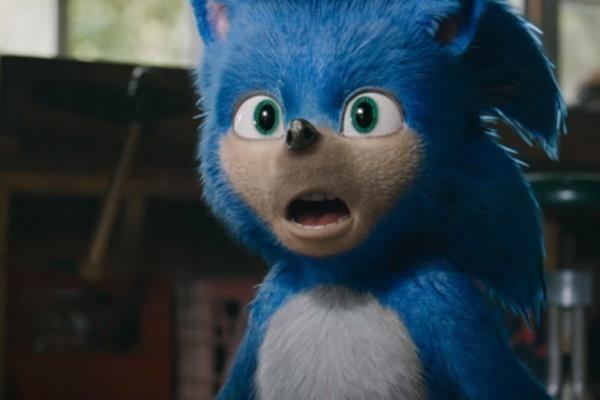 Đôi mắt và hàm răng kỳ quặc khiến Sonic bị ném đá trong tạo hình đầu tiên.
