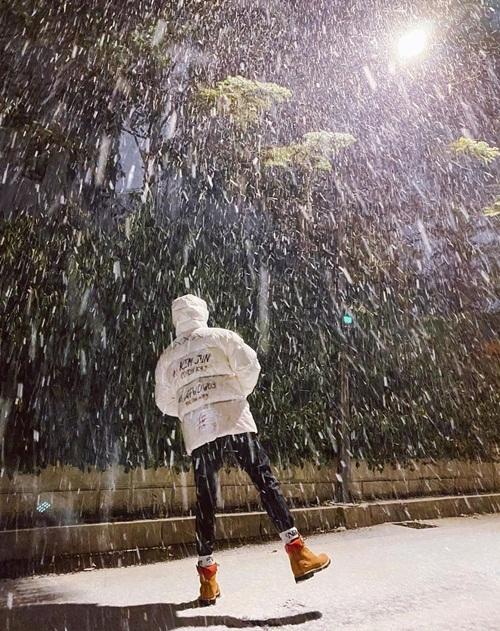Su Ho mặc ấm để ra ngoài ngắm tuyết rơi.