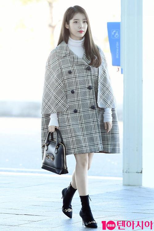 IU cũng lên đường sang Milan dự Tuần lễ thời trang và cô nàng mặc cả cây hàng hiệu Gucci. Tuy nhiên, chiếc áo khoác quá rộng không phù hợp với thân hình vốn nhỏ nhắn của nữ ca sĩ. Netizen trêu chọc IU giống như đang choàng một chiếc chăn lên người.