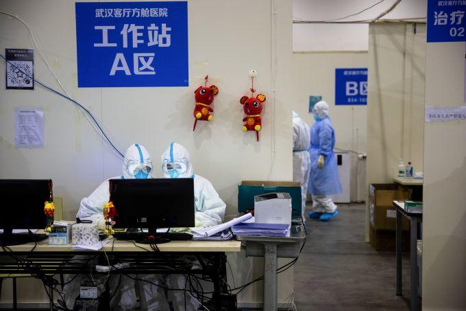 """<p> Một góc làm việc của nhân viên y tế. Trên tường được gắn hai chú chuột bông màu đỏ thêu chữ """"Phúc"""".</p>"""
