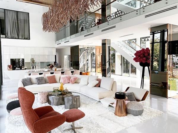 Khi nhận nhà, Ngọc Trinhthuê kiến trúc sư thiết kế, bày trí căn nhà theo gu thẩm mỹ cá nhân. Toàn bộ nội thất của căn biệt thự đều được nhập khẩu từ nước ngoài. Bên trongngôi nhà,Ngọc Trinh lắp đặt thang máy để tiện di chuyển.