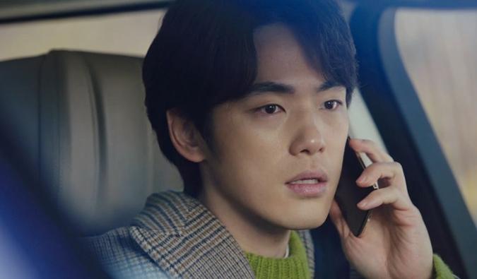 ...và nghe điện thoại của Seo Dan vẫn mặc áo xanh nõn chuối.