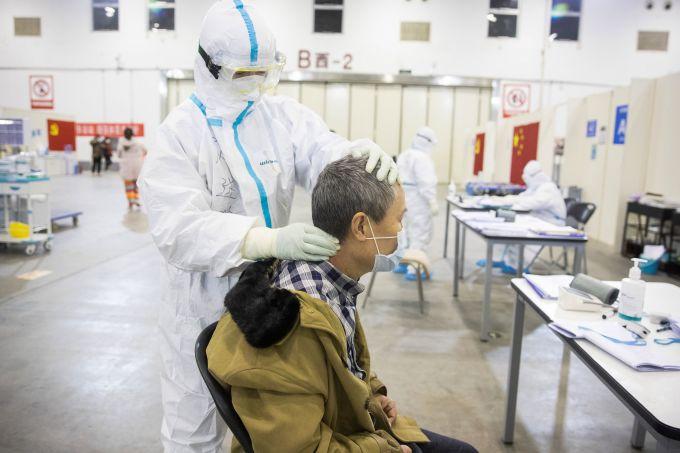 <p> Một nhân viên y tế massage cho bệnh nhân.</p>