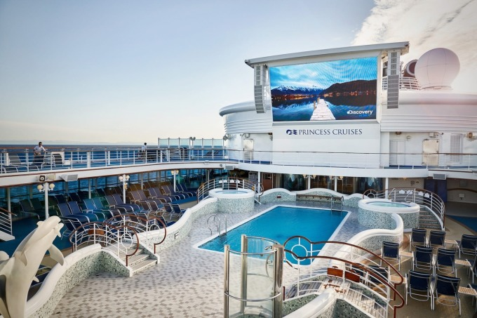 <p> Con tàu dài 290 m được xây dựng như một thành phố nổi, với đủ tiện ích từ giải trí, nghỉ dưỡng đến mua sắm. Tầng trên cùng là nơi khách tập trung thư giãn bên bể bơi, quầy bar và rạp chiếu phim ngoài trời vào buổi tối.</p>