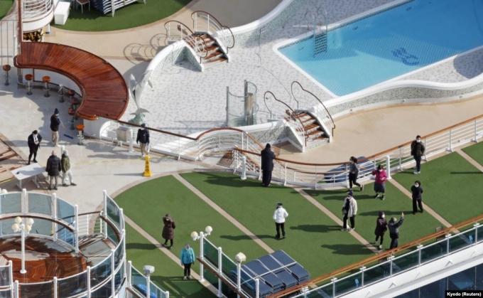 <p> Thời gian này, hành khách không thể sử dụng những tiện ích giải trí chung trên du thuyền, mà chỉ lần lượt đi dạo trên boong tàu trong một giờ, với chiếc khẩu trang. Ảnh: <em>Sadayuki Goto / Kyodo News</em>.</p>