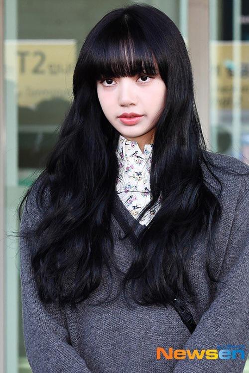 Mái tóc mới của Lisa gây ra nhiều ý kiến trái chiều. Có người khen thành viên Black Pink đẹp ma mị như ngườilai Nhật nhưng lại có ý kiến chê màu tóc trầm khiến Lisa kém nổi bật, không sang chảnh bằng màu tóc sáng.