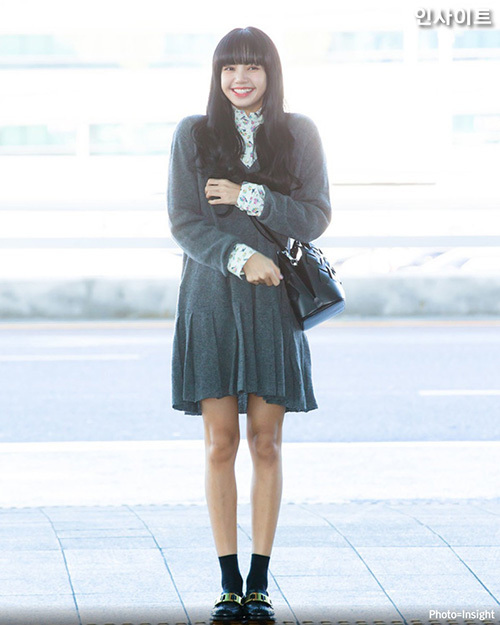 Lisa nổi tiếng là idol có phong cách thời trang đáng nể khi ra sân bay tuy nhiên, lần này cô nàng lại chọn một chiếc váy dáng suông, bên trong là họa tiết hoa nhìn khá quê. Bộ váy này khiến mỹ nhân nhà YG giống như một nữ sinh trung học mặc tạm váy của mẹ.