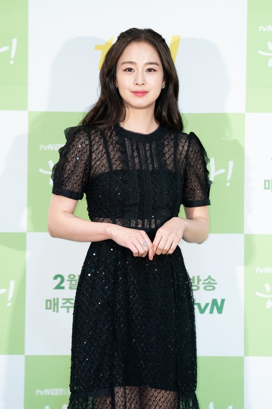 Tên tuổi Kim Tae Hee được tìm kiếm trên Naver khi buổi họp báo diễn ra. Khán giả Hàn dành nhiều lời khen cho nhan sắc đẹp mặn màở tuổi 40 và qua hai lần sinh nở của bà xã Bi Rain.