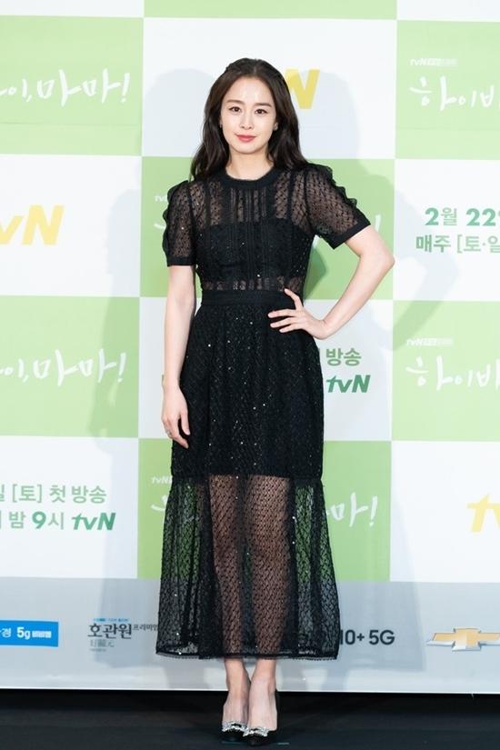 Chiều 18/2, đoàn làm phim Hi Bye, Mama (tvN)tổ chức họp báo ra mắt tại một trung tâm thương mại ở Seoul, Hàn Quốc. Nữ chính Kim Tae Hee gây ấn tượng bởi vẻ ngoài xinh đẹp, trẻ trung.