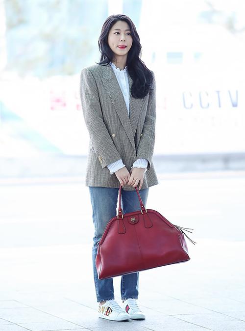 Cô nàng ưa chuộng style đơn giản, thanh lịch nên áo blazer thường là item quen thuộc.