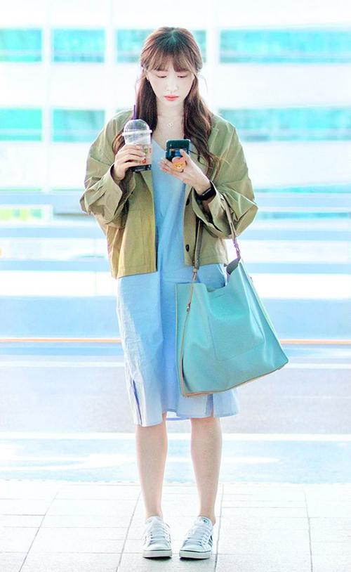 Hình ảnh đầy dịu dàng, ngọt ngào của Hani với váy xanh qua gối mix với giày thể thao.