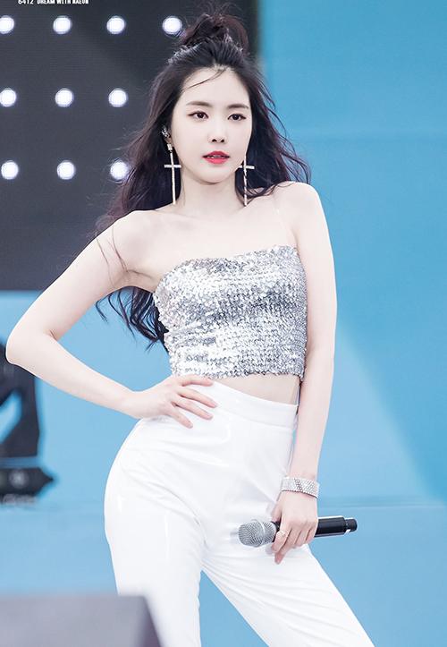 Mỹ nhân sinh năm 1996 nổi tiếng có body chuẩn nên ưu ái những trang phục khoe dáng triệt để.Croptop là trang phục quen thuộc, giúp Na Eun tôn lên vòng eo nhỏ và làn da trắng.