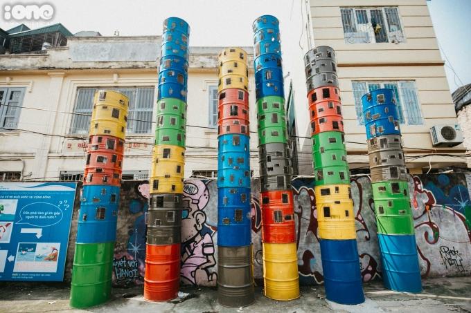 <p> Dự án bắt đầu lắp đặt từ đầu 2020 sau gần 6 tháng nghiên cứu, khảo sát.<br /> Dự án phần lớn sửdụng rác tái chế từ vỏ chai nhựa, thùng phuy, vành lốp bánh xe máy, ống bô xả…</p>