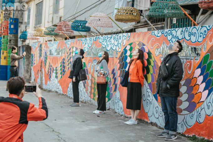 <p> Đoạn đường ven sông Hồng (Phúc Tân, Hoàn Kiếm, Hà Nội)từ lâu vẫn bịcoi như mặt sau của thành phố, nơi người ta thoải mái xả rác. Nay khu này bỗng chốc trở thành không gian nghệ thuật công cộng với nhiều công trình, tác phẩm được làm từ đồ tái chế đẹp mắt thu hút nhiều bạn trẻ đến chụp ảnh.</p>