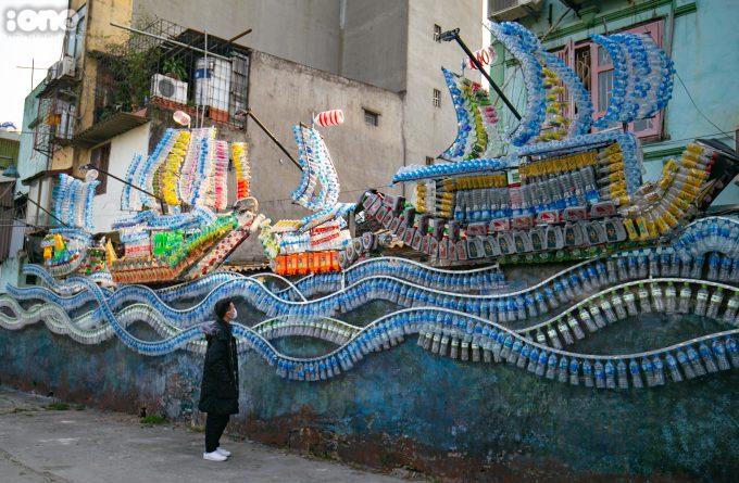 <p> Tác phẩm này được tạo nên từ 10.000 vỏ chai nhựa, vỏ chai dầu nhớt đã qua sử dụng kết hợp với khung sắt tạo hình nên những cánh buồm<br /> và những con sóng nhấp nhô.</p>