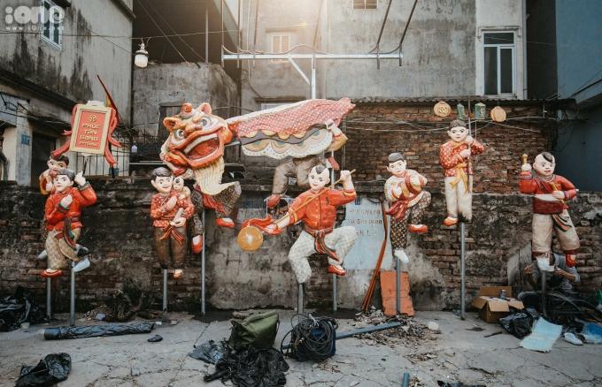 """<p> Tác giả Nguyễn Xuân Lam đã đưa di sản tranh Hàng Trống vào tác phẩm """"Phúc Tân Giang"""", kết hợp cùng tạo hình của những thanh tò he - tròchơi dân gian truyền thống của trẻ con Việt Nam, dùng composit tạo thành những sắp đặt 3D gần gũi vớiđời sống.</p>"""