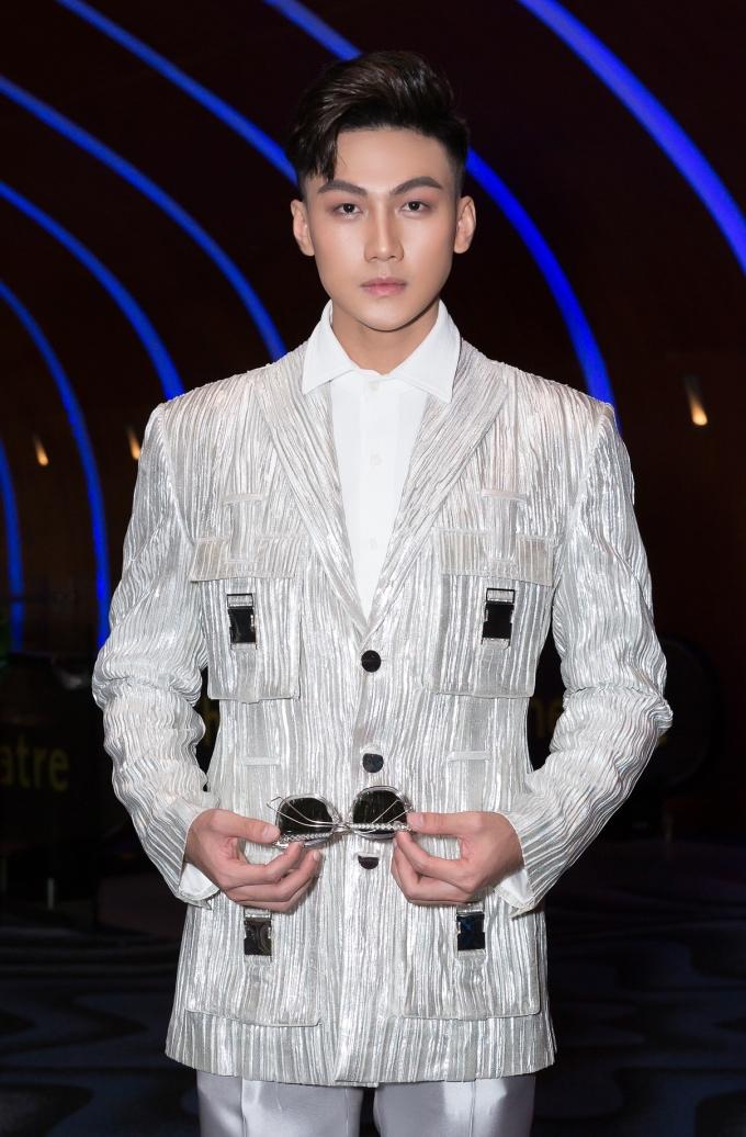 <p> Nam người mẫu chọn mix sơ mi trắng cùng áo vest cách điệu của NTK Công Trí. Những chiếc túi hộp mang phong cách hip hop, quân đội là điểm nhấn của bộ trang phục.</p>