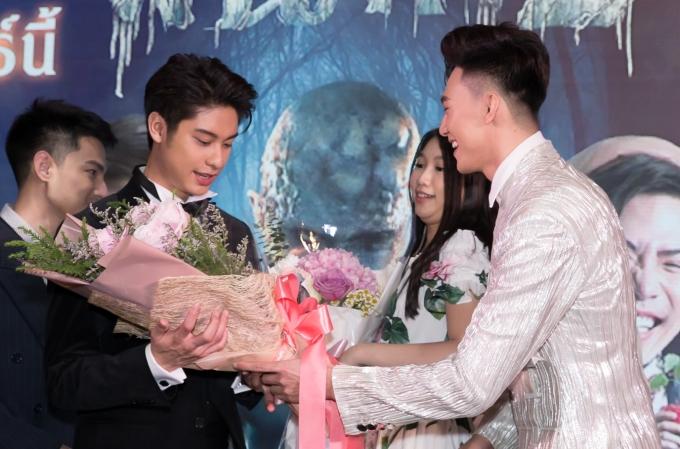 <p> Tại sự kiện,Mạc Trung Kiên tặng hoa cho nam diễn viên chính August Vachiravit.</p>