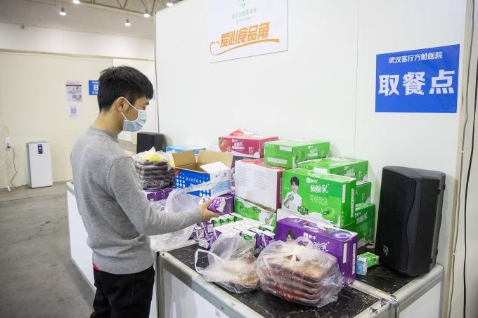<p> Bệnh nhân tự lấy nhu yếu phẩm được cung cấp miễn phí. Ngoài các bữa ăn hàng ngày, họ được dùng thêm trái cây, sữa.</p>