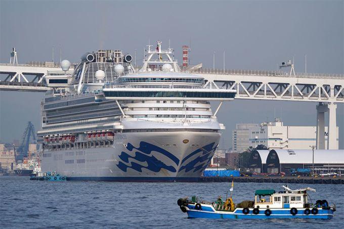 <p> Du thuyền Diamond Princess bị cách ly ngoài khơi thành phố cảng Yokohama, gần Tokyo, Nhật Bản từ 3/2, sau khi một hành khách bị phát hiện dương tính với nCoV. Tính đến 18/2, ít nhất 542 ca nhiễm được xác nhận. Mỹ đã sơ tán gần 400 công dân Mỹ (trừ 40 người nhiễm bệnh) về nước bằng hai chuyến bay. Ảnh: <em>EPA.</em></p>