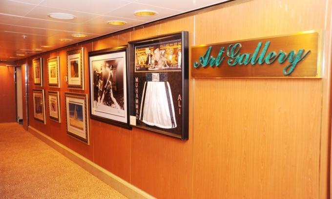 """<p> Du thuyền có 17 tầng, mỗi tầng trang trí theo một chủ đề đại dương như Cá heo, Caribe, Aloha (""""Xin chào"""" trong tiếng Hawaii). Trong ảnh, những tác phẩm nghệ thuật trong phòng trưng bày trên tàu cho khách tham quan và đấu giá. Ảnh: <em>Seascanner.</em></p>"""