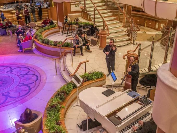 <p> Du thuyền chào mừng hành khách đón xem màn biểu diễn của những dàn nhạc, vũ công... Tuy nhiên toàn bộ hoạt động giải trí không diễn ra trong thời gian cách ly. Ảnh:<em> David Abel.</em></p>