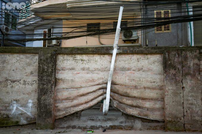 <p> Tác phẩm 'Kẹp tóc' của nghệ sĩ người Huế Trần Tuấn, anh điêu khắc ngay trên một đoạn tường gạch và sử dụng thêm xi măng để biến đoạn tường đó thành một bức rèm được vén lên mềm mại như mái tóc.</p>