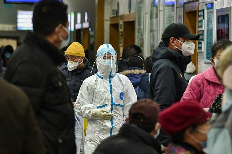 Một nhân viên y tế trong trang phục bảo hộ tại Bệnh viện Chữ thập đỏ Vũ Hán. Ảnh: AFP.