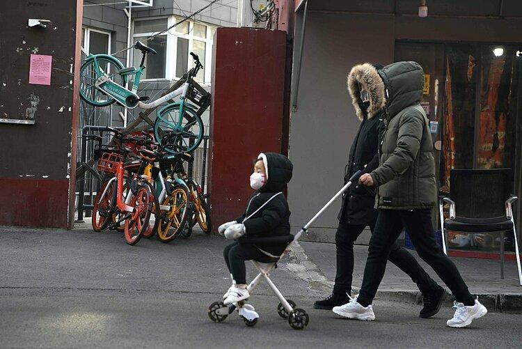 Những chiếc xe đạp được dùng làm rào chắn ở lối ra vào một khu dân cư. Ảnh: AFP.
