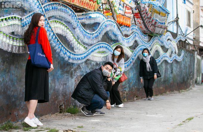"""<p> Bạn Trần Thu Trang (áo đỏ) cùng nhóm bạn tạo dáng bên tác phẩm """"Thuyền"""" của họa sĩ Vũ Xuân Đông. Trang cho biết: """"Nhóm mình biết đến địa điểm này khi tình cờ thấy một bài viết trên mạng xã hội. Đây là dự án hay và mang nhiều thông điệp bảo vệ môi trường"""".</p>"""