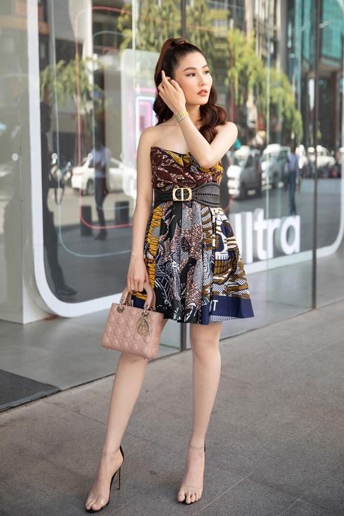 Chiều 19/2, Diễm My góp mặt trong một sự kiện về công nghệ tại TP HCM. Cô diện set đồ hiệu có giá trị lên tới gần 800 triệu đồng gồm: đầm cúp ngực của Dior giá 100 triệu đồng; đồng hồ Franck Muller gần 530 triệu đồng;bộ phụ kiện gồm túi, khuyên tai và thắt lưng bản to của Dior có tổng giá trị 150 triệu đồng.