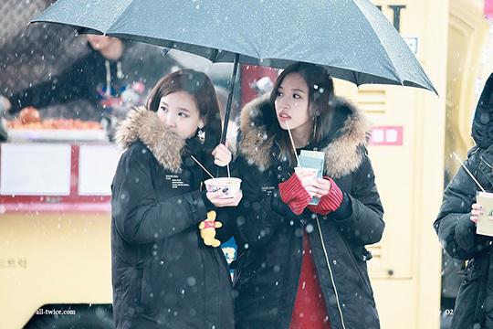 Na Yeon (trái) và Mina đều là những visual hàng đầu của Twice và được fan ship nhiệt tình.