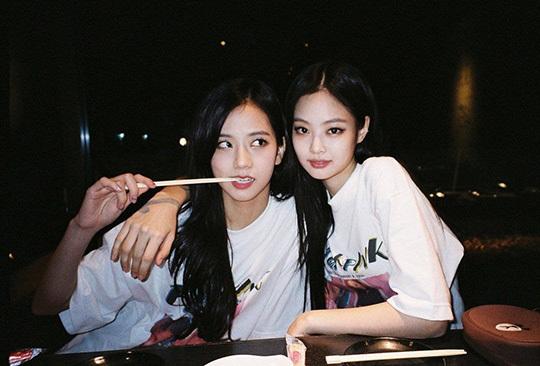 JenSoo là cặp đôi được gán ghép nhiệt tình nhất Black Pink. Nếu Ji Soo giữ vai trò Visual thì Jennie lại là cây hút fan, center của nhóm.