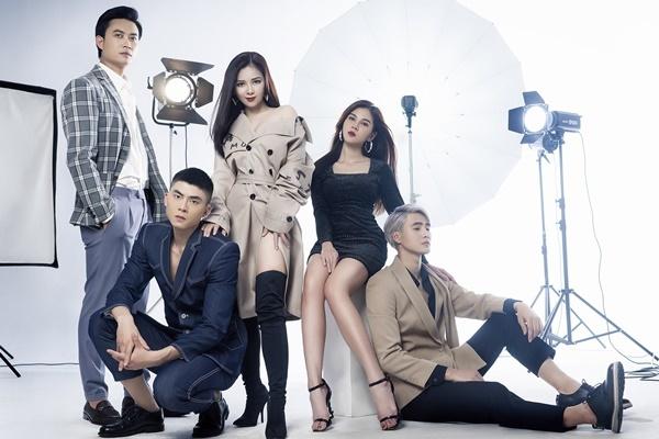 Đội của giọng caKhông phải em đúng khônggồm: người mẫu/ ca sĩ Nhâm Phương Nam, người mẫu/ diễn viên Phạm Thế Thịnh, MC/ diễn viên Vũ Thu Hoài và diễn viên Tiến Lộc.
