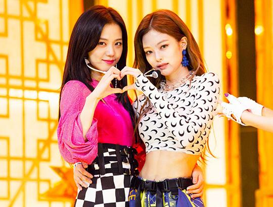 Ji Soo có khuôn mặt diễn viên, khí chất nhẹ nhàng đúng gu của netizen Hàn. Jennie lại nổi bật nhờ khí chất sang chảnh ngút ngàn. Hai biểu tượng nhan sắc trái dấu khi đứng cạnh nhau lạo hợp một cách bất ngờ.