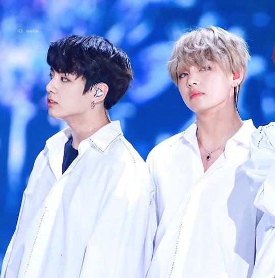 Jung Kook - V luôn là cặp đôi được yêu thích nhất BTS không chỉ vì họ thân thiết mà khi đứng cạnh nhau, 2 idol đẹp đôi một cách hoàn hảo, như một bức tranh.