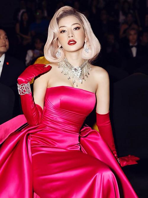 Được ví như một tắc kè hoa của Vbiz, Chi Pu thay đổi diện mạo liên tục mỗi lần xuất hiện. Khi đi sự kiện, cô đầu tư để có vẻ ngoài mới mẻ, thử nghiệm những tông makeup, cách làm tóc kén người.