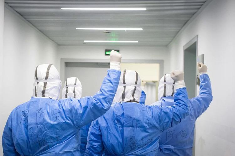 Các nhân viên y tế nâng cao tinh thần bằng cách cổ vũ cho nhau tại bệnh viện tạm thời  ở Vũ Hán. Ảnh: Xinhua.